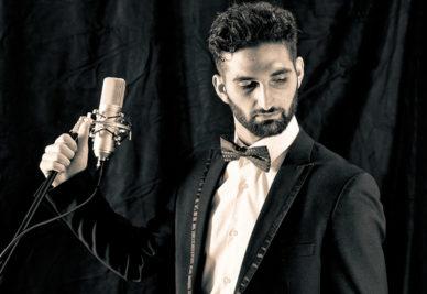 Entertainer mit Mikro – Fotoshooting von awikom